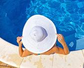 Bir havuzda oturan kadın — Stok fotoğraf