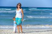 Mor och son på stranden — Stockfoto