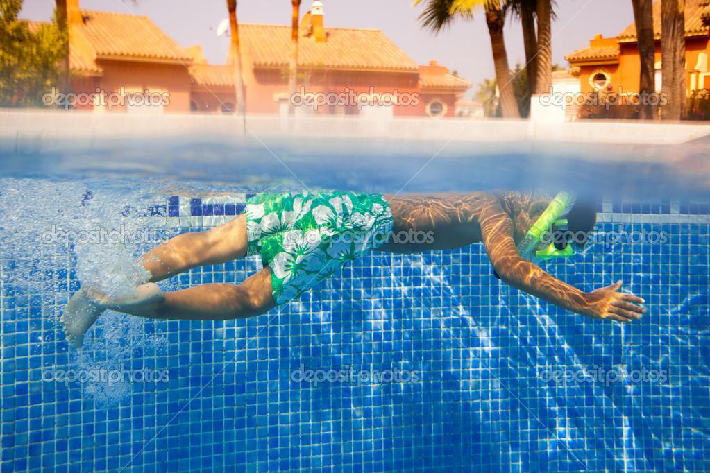 可爱的小男孩,在水下游泳– 图库图片