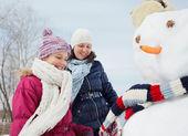 Famiglia fare un pupazzo di neve — Foto Stock
