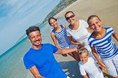 Familjen att ha kul på stranden — Stockfoto