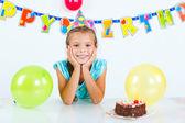 Chica con pastel de cumpleaños — Foto de Stock