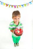 Muchacho con pastel de cumpleaños — Foto de Stock
