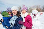 家庭堆雪人 — 图库照片