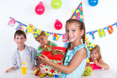 Dziewczyna z najdzie na urodziny — Zdjęcie stockowe