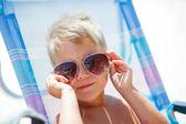 Schattig kind ontspannen op het strand — Stockfoto