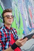 Ung pojke lyssna på musik — Stockfoto