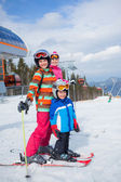 Skiing, winter, family — 图库照片