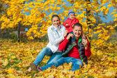 Familjen på hösten park — Stockfoto