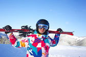 スキーを持つ男. — ストック写真