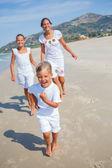 Lindos chicos en la playa — Foto de Stock