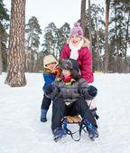 Barn på slädar i snö — Stockfoto