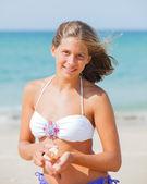 Beautiful young girl applying sunblock — Stock Photo