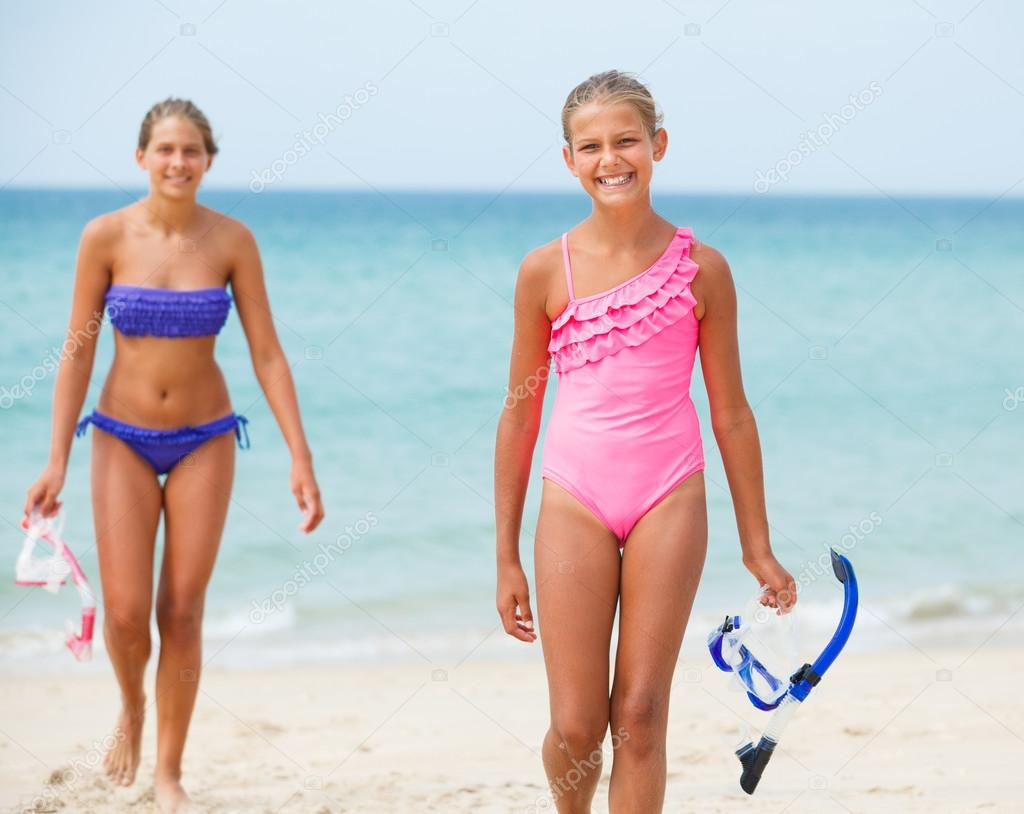 девчонки хулиганки на пляже