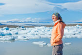 Woman watching icebergs. Iceland — Foto de Stock