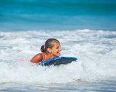 Vacanze estive - ragazza surfista. — Foto Stock