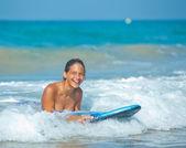 Letní dovolená - surfař holka. — Stock fotografie