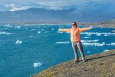 Woman watching icebergs. Iceland — Stock Photo