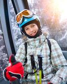 Skidåkare flicka på ski lift — Stockfoto