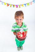 Ragazzo con la torta di compleanno — Foto Stock