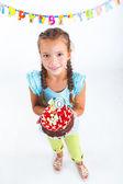 Ragazza con torta di compleanno — Foto Stock