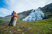 Casal de turistas e dynjandi. Islândia — Fotografia Stock