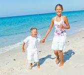 милый мальчик и девочка на пляже — Стоковое фото