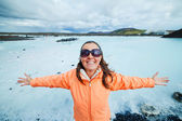Woman in the blue lagoon geothermal bath. — Foto Stock