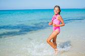 可爱的女孩,在沙滩上 — 图库照片