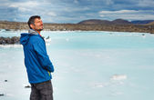 Man in the blue lagoon geothermal bath. — Foto de Stock