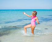Linda chica en la playa — Foto de Stock