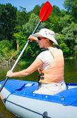 Kvinna kajakpaddling — Stockfoto