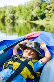 Pojke kajakpaddling — Stockfoto