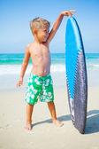 Jongen heeft plezier met de surfplank — Stockfoto