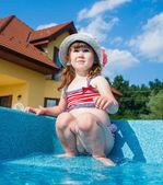 Dívka v bazénu — Stock fotografie