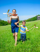Kids in summer day holds windmill — Stock Photo