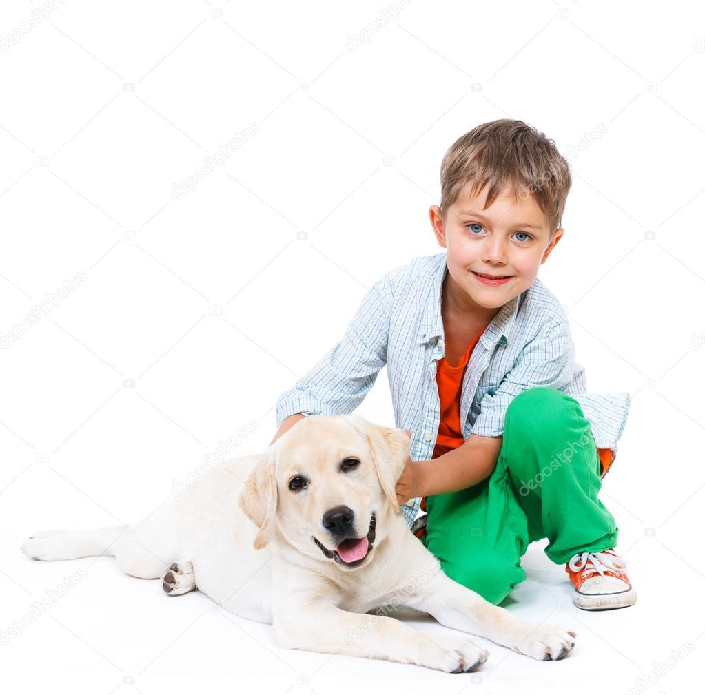 Lindo ni o peque o con su perro labrador foto de stock - Foto nino pequeno ...