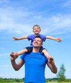 Feliz padre con hijo al aire libre contra el cielo — Foto de Stock