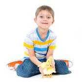 Junge mit niedlichen hühner — Stockfoto