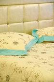 Cama e travesseiros — Foto Stock