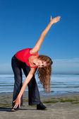 Meisje beoefening van de ochtend op het strand — Stockfoto