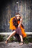 Attrice fumare in boa arancia e marrone — Foto Stock