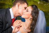beautiful bride with groom — Stockfoto