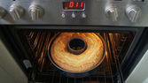 Look in the oven — Stock Photo