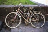 Старый грязный сломанной велосипед — Стоковое фото