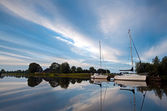 Two white yachts and sky reflections — Stock Photo