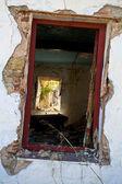 Stare okna w zniszczony dom — Zdjęcie stockowe