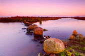 Stora stenar på floden på sunrise — Stockfoto