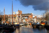 Sunny canal in Groningen with many river boats — Stock fotografie