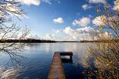 Houten pier op grote meer in de herfst — Stockfoto